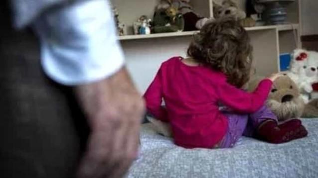Abusò della nipote per diverse volte